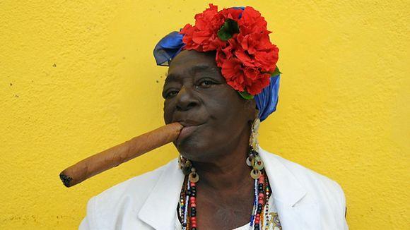 Cubaine fumant un cigare