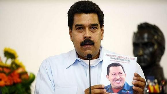 Maduro présentant le livre de Chavez