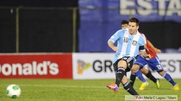 Messi marquant un but contre le Paraguay