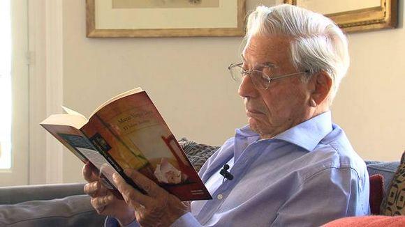 Vargas Llosa et son livre El héroe discreto