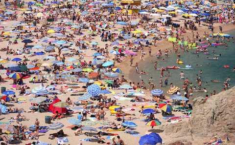 Un peu de monde sur la plage